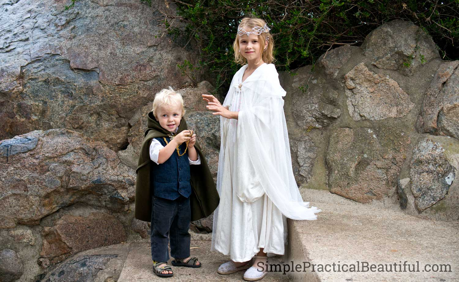 Frodo offers the ring to Galadriel and she is tempted by its power | Lord of the Rings costumes