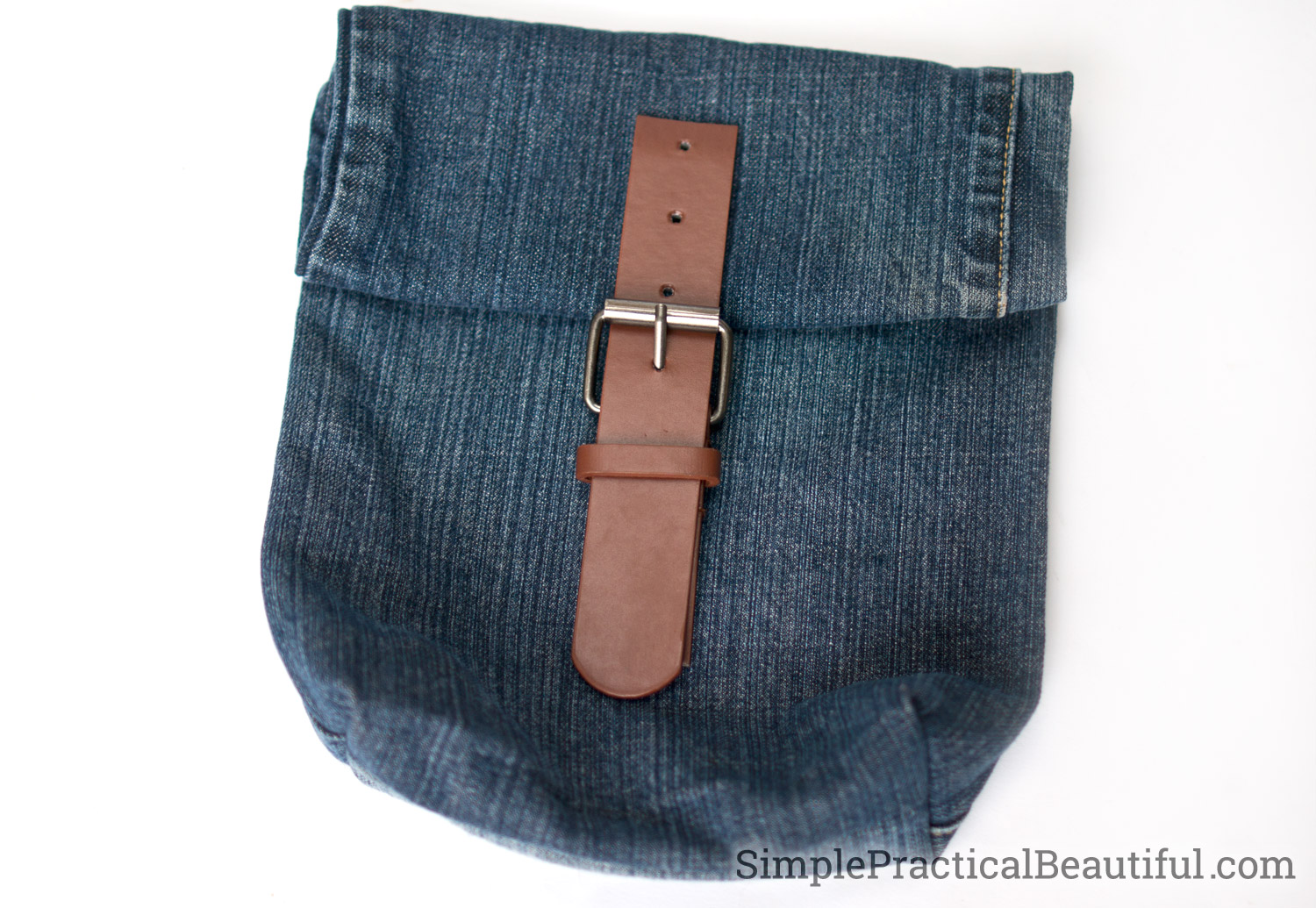 An upcycled jean purse - add a clasp from an old best to a bag from old jeans