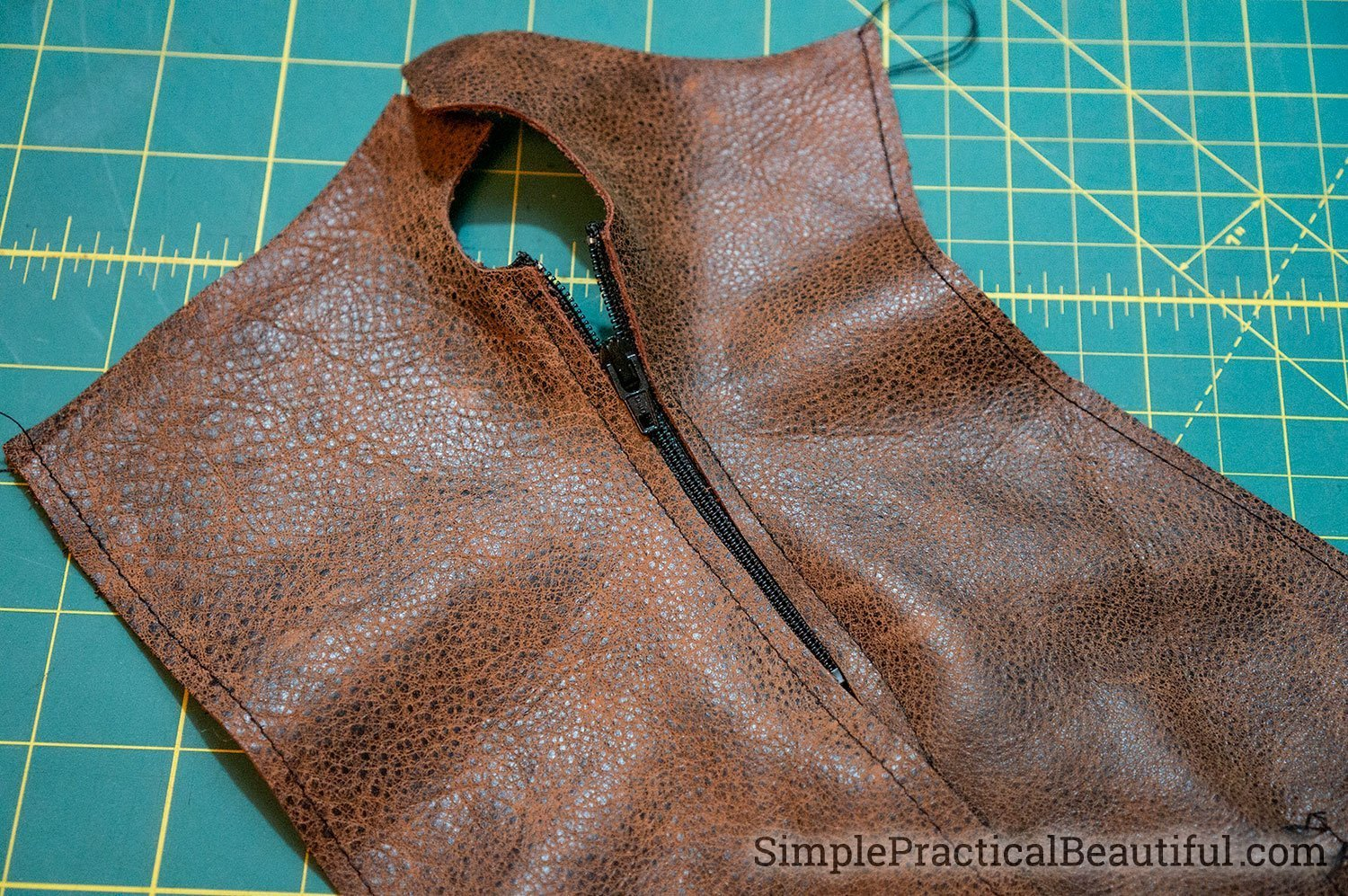Add a zipper to the DIY leather fingerless gloves